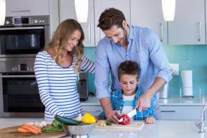 Familia disfruta de su cocina Legno